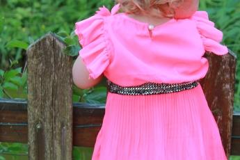 Abbildung: Kleinkind schaut über einen Zaun